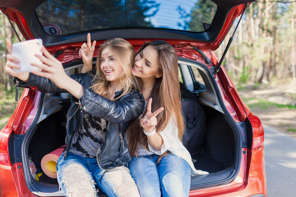 cars-for-college-students college girls taking a selfie