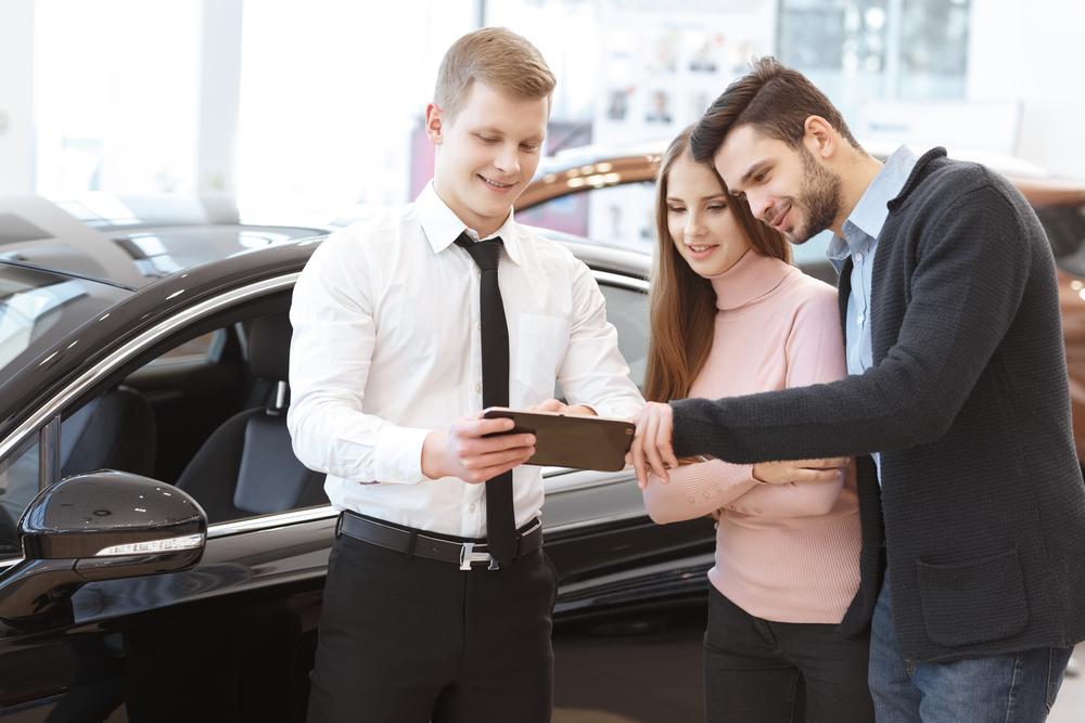 couple buying cars