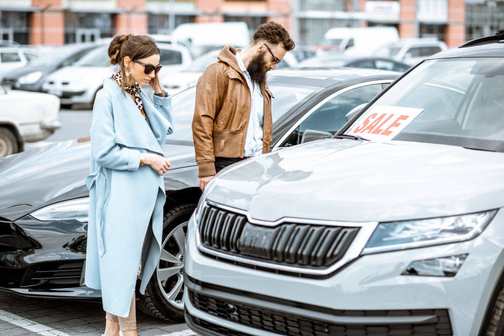 used-car-valuation couple buying car